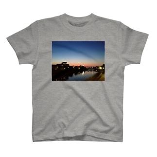 夕焼け川 T-Shirt