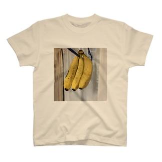吊り下げたバナナ T-shirts