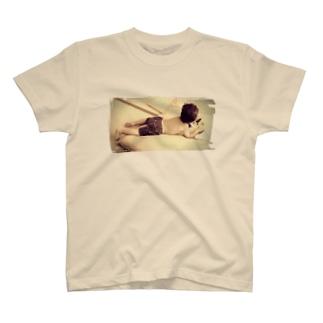 読書する少年 T-shirts