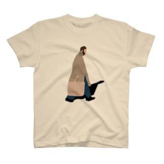 歩く男 T-shirts