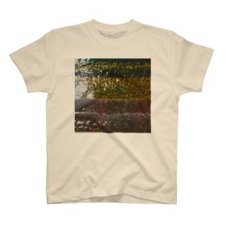 コンクリートと池の水 T-shirts