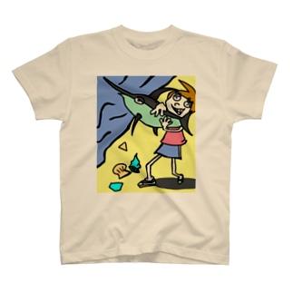 素手でカジキマグロを獲る一般女性 T-shirts