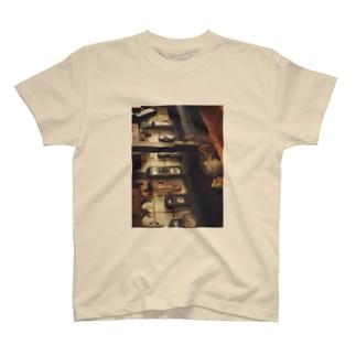 あるカフェの壁 T-shirts