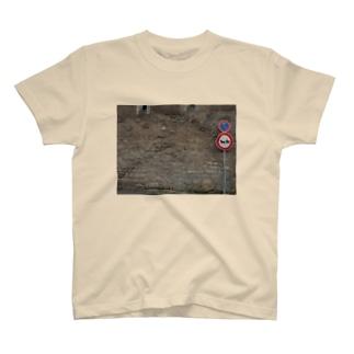 馬を待つ人 T-shirts