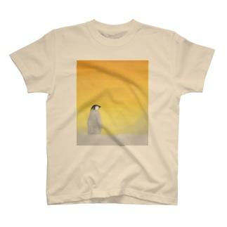 夕日の中の子ペンギン T-shirts