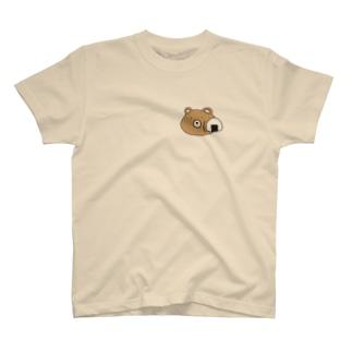 おにぎりに絡まれている熊 T-shirts