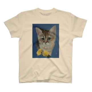 仔猫と幸せの黄色いバラ T-shirts