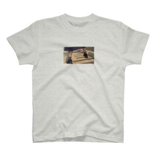 おっとっと女の子足元 T-shirts