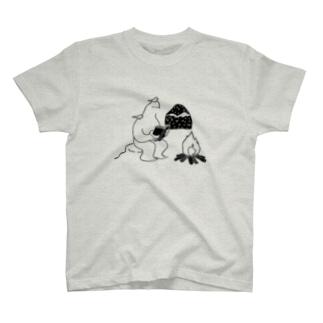 読書するイエティ T-shirts