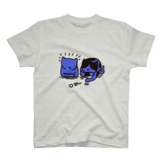 遊ぶ猫 T-shirts