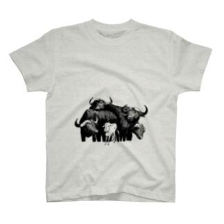 水牛の群れの中のヤギ T-shirts
