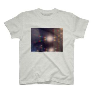 光った壁 T-shirts