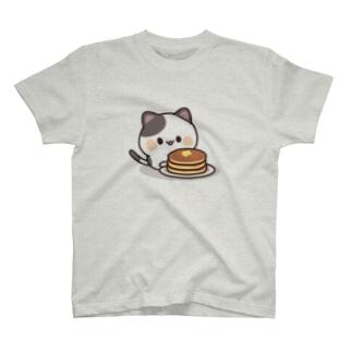 DECORの感情豊かなくろぶちにゃんこ ホットケーキver. T-Shirt