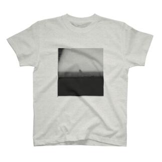 車窓から怪獣がみえた T-shirts