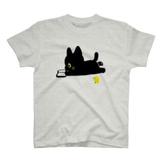 ロッタ本を読む T-shirts