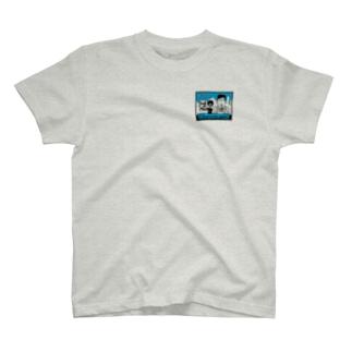 りおたのニュースの後ろに不審者が…! T-shirts