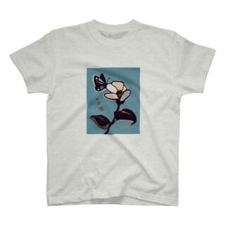 白い花と蝶々 T-shirts