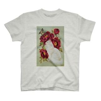 黒い牡丹と白猫 T-shirts