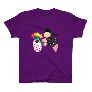 鉢植え中の女性 T-shirts