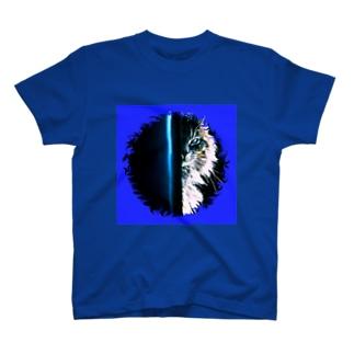 あの猫デビルが見ている T-shirts