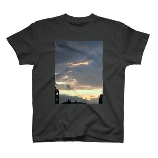 夕暮れの雨雲 T-shirts