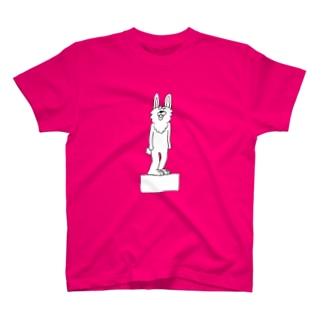 箱に立つウサギ T-shirts