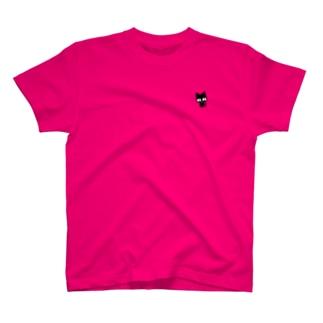 チラ見えの黒猫 T-shirts