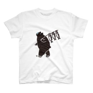 鮭を担ぐクマゴロ Tシャツ