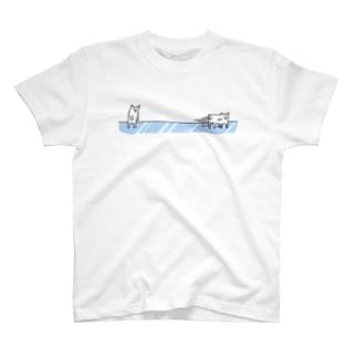滑るホッキョクグマ Tシャツ