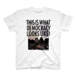 色生地用 WHAT'S DEMOCRACY? モノクロ Tシャツ
