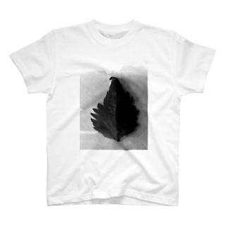 半分な紫蘇 白黒 Tシャツ