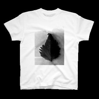 Luckyemeの半分な紫蘇 白黒Tシャツ