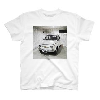 FIAT500 in garage Tシャツ