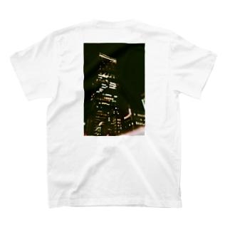 夜のビル T-shirts