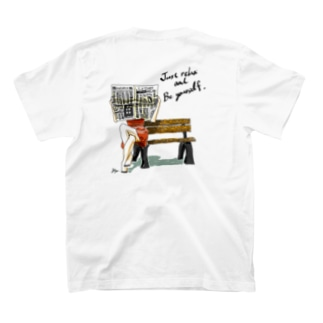 Just relax and be yourself 新聞を読む女性 T-shirts