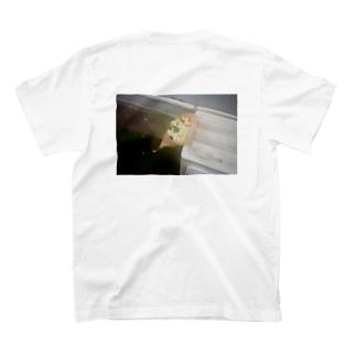 立て掛けた花束T T-shirts