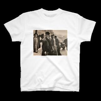 yuto suzukiのパリ市庁舎前のキス T-shirts