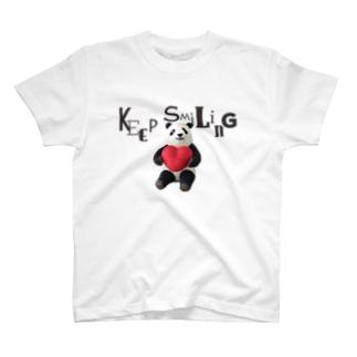 ハートを抱えたパンダさん♥ T-shirts