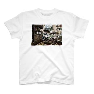 ウサギと微睡む少年 T-shirts