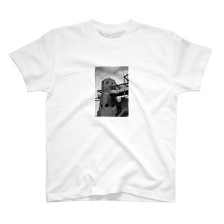 サイバーパンクな建造物 T-shirts