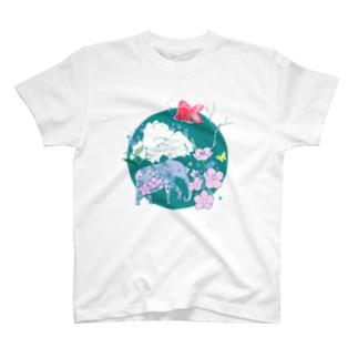 サクラの象と空飛ぶ金魚 T-shirts