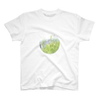 外につながってる T-shirts