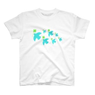 クローバーを運ぶ鳥 T-shirts