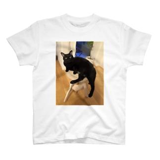 くつろぐ黒猫チャコ T-shirts