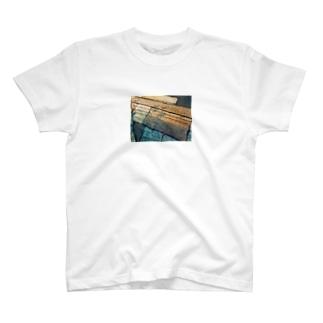 ご機嫌ななめの足元 T-shirts