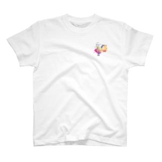 春の宇宙に住む少女 T-shirts