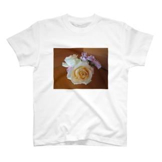 フラワーアレンジメントNo.2 T-shirts