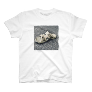 サンダルの上にとんぼ T-shirts
