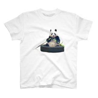 タイヤのお船をタケノコのオールで漕ぐパンダ T-shirts