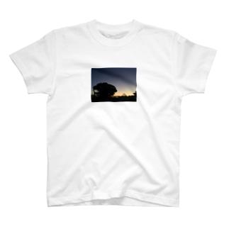 夕暮れと三日月 T-shirts